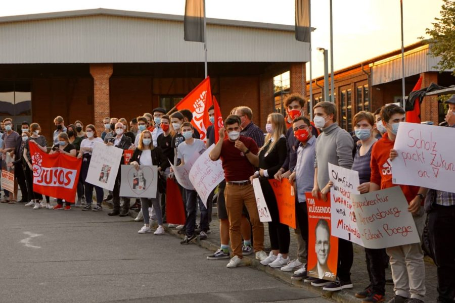 Die Jusos Schleswig-Holstein begrüßen Olaf Scholz vor der ARD Wahlarena in Lübeck